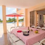Ferienhaus Mallorca - überdachte Terrasse mit Gartenmöbel