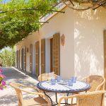 Ferienhaus Mallorca 6630 Terrasse mit Gartentisch