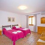 Ferienhaus Mallorca MA7420 Schlafraum mit 2 Betten (2)