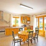 Ferienhaus Mallorca MA8300 Küche mit Tisch (2)