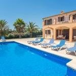 Ferienhaus Mallorca - Poolterrasse mit Liegen