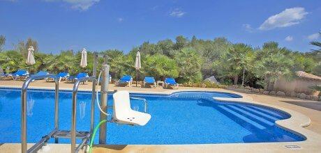 Mallorca Nordküste – Rollstuhlgeeignetes Ferienhaus Picafort 7420 mit Pool, Grundstück 5.500qm, Wohnfläche 285qm, Strand 3km. Wechseltag flexibel.