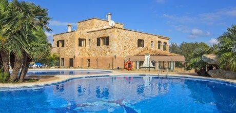 Mallorca Nordküste – barrierefreies Ferienhaus Picafort 8300 mit großem Pool und Kinderpool, Grundstück 14.700qm, Wohnfläche 420qm, Strand 2km. Wechseltag flexibel – Mindestmietzeit 1 Woche.