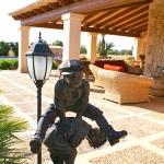 Finca-Mallorca-MA7065-Terrasse-mit-Skulptur