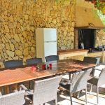 Villa Mallorca MA6651 Esstisch und Kühlschrank am Grillbereich
