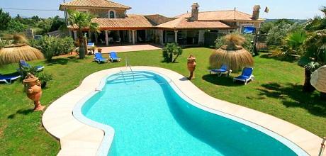 Mallorca Nordküste – Finca Can Picafort 6007 mit Pool und Kinderspielplatz für 12-16 Personen, Grundstück 11.000qm, Wohnfläche 275qm, Strand 3km. Wechseltag flexibel – Mindestmietzeit 1 Woche!
