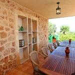 Ferienhaus Mallorca behindertengerecht MA5320 überdachte Terrasse mit Esstisch (2)