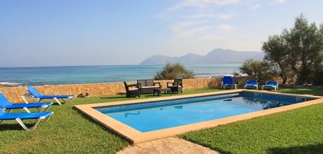 Mallorca Nordküste – Komfort-Ferienhaus Marina 4368 mit Pool direkt am Meer (Sandstrand 900m), Grundstück 600qm, Wohnfläche 180qm. Wechseltag flexibel – Mindestmietzeit 1 Woche.