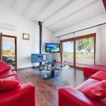 Villa Mallorca MA4293 Wohnraum mit TV und Kamin