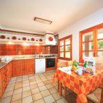 ferienhaus-mallorca-ma3160-kuche-mit-tisch