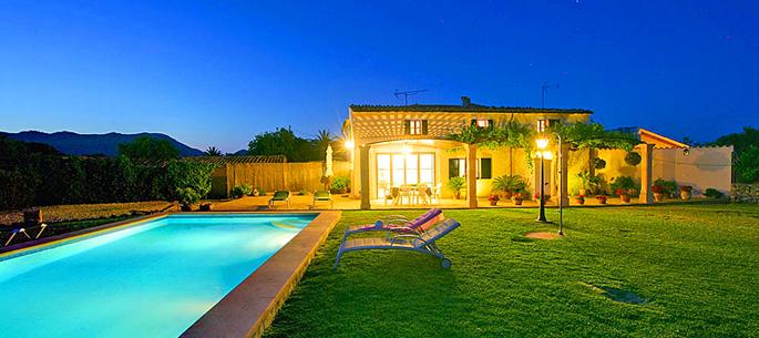 Ferienhaus Pollensa 3274 mit Pool am Abend