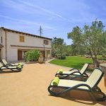 Ferienhaus Pollensa 3160 Terrasse mit Sonnenliegen