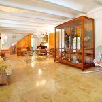 Luxus-Finca Mallorca MA3350 antike Glasvitrine
