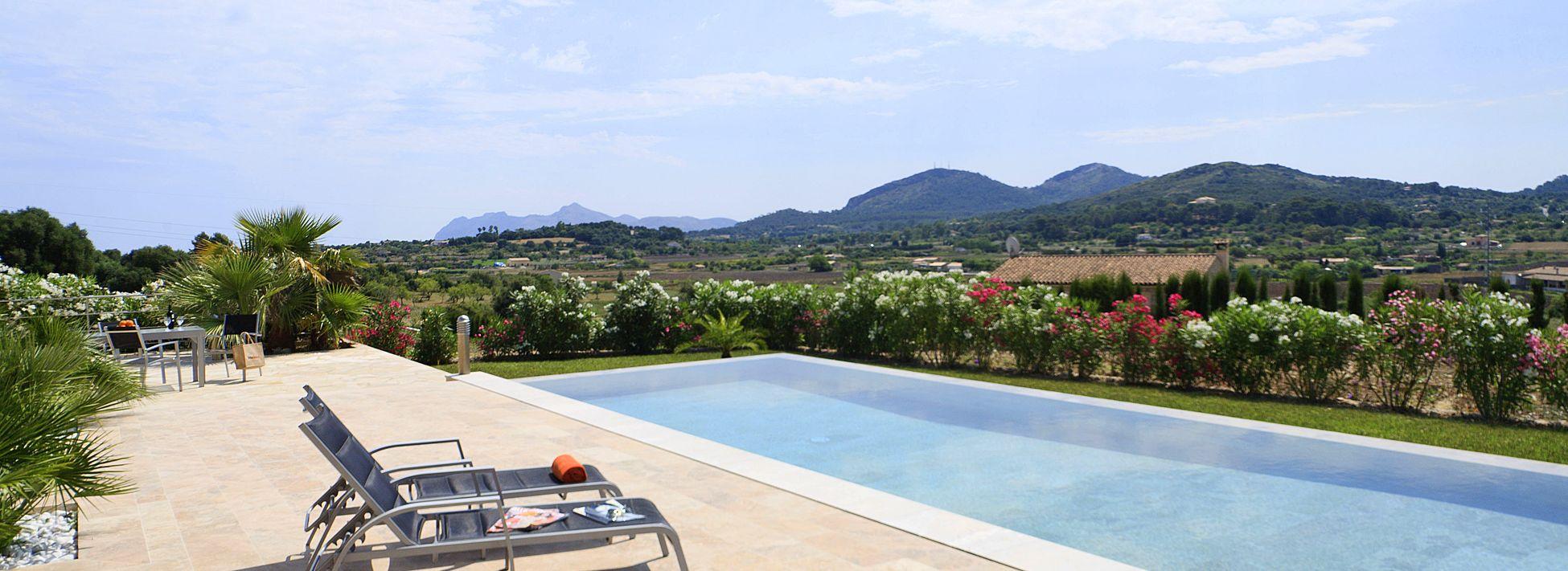 villa-mallorca-ma3150-sonnenliegen-am-swimmingpool