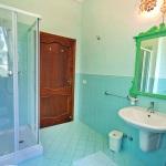 Ferienhaus Toskana TOH601 - Badezimmer mit grünem Spiegel
