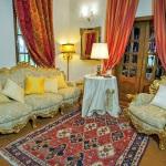 Ferienhaus Toskana TOH601 - Wohnraum mit goldverzierten Möbel