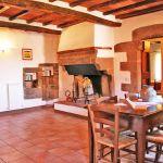 Ferienhaus Toskana TOH765 Kaminbereich mit Tisch