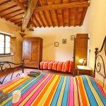 Ferienhaus Toskana TOH850 Schlafraum mit Doppelbett und Einzelbett