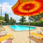 Ferienhaus Toskana TOH850 Sonnenschirme am Pool