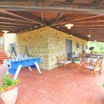 Ferienhaus Toskana TOH515 überdachte Terrasse mit Gartenmöbel und Kicker
