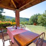 Ferienhaus Toskana TOH317 überdachte Terrasse mit Esstisch