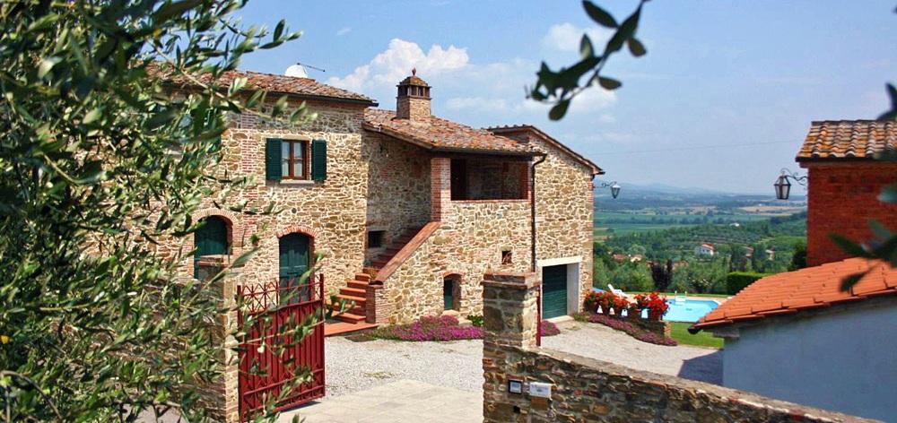Toskana Ferienhaus TOH345 - Tor mit Auffahrt zum Haus