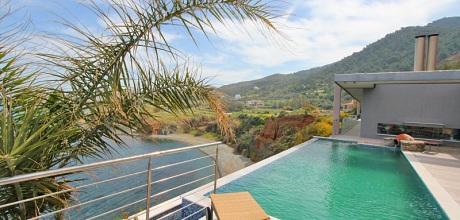 Auf Zypern befindet sich die Luxus Villa Pomos 3001 mit Pool, Whirlpool und Meerblick. Der Wechseltag ist Mittwoch, auf Anfrage aber frei wählbar.