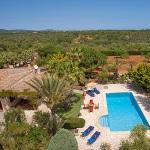 Ferienhaus Mallorca MA2210 - Blick auf das Grundstück mit Haus und Pool