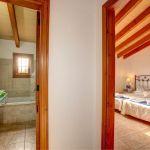 Ferienhaus Mallorca 2026 Schlafraum mit Badezimmer