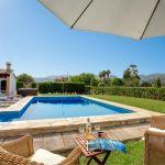 Ferienhaus Mallorca 2026 Sonnenschirm am Pool