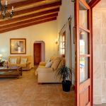 Ferienhaus Mallorca 2026 Wohnbereich mit Zugang zur Terrasse