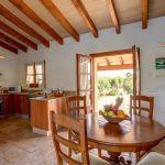 Ferienhaus Mallorca 2026 offene Küche mit Esstisch