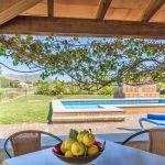 Ferienhaus Mallorca MA2110 überdachte Terrasse mit Blick auf den Pool
