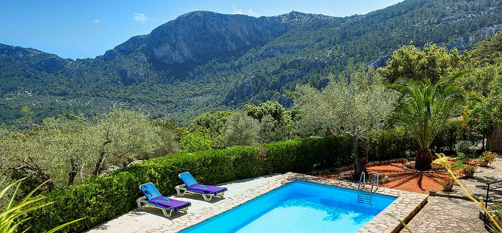 Blick über den Pool auf die Landschaft