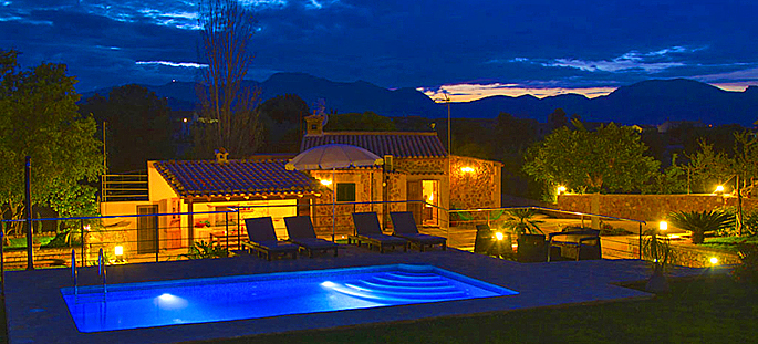 Ferienhaus Mallorca MA2095 mit Pool am Abend