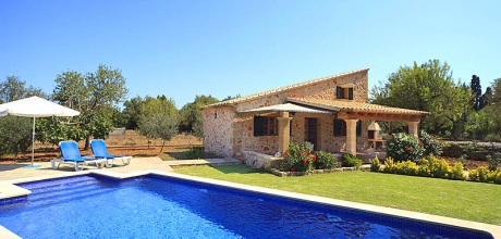 An der Nordküste von Mallorca liegt die Komfort Finca Pollensa 1253 mit Pool und Internet für 2 Personen. Der Wechseltag ist Samstag.