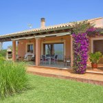 Finca Mallorca MA2077 Terrasse mit blühender Bouganvilea