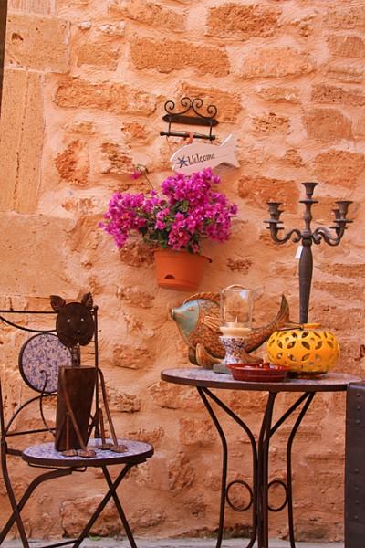 Deko an der Stadtmauer von Alcudia