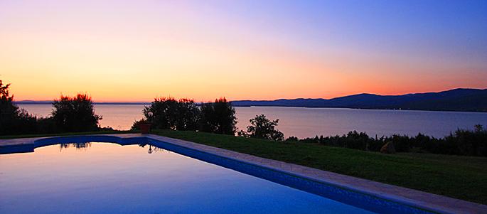 Blick auf den Lago Trasimeno in der Toskana