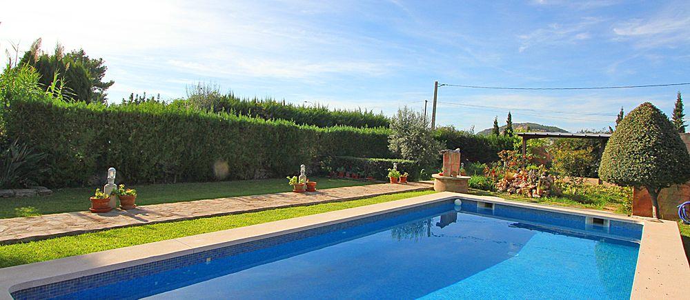 Blick über den Pool in den Garten des Ferienhauses Puerto Pollensa 2030