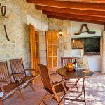 Finca Mallorca 2040 Gartenmöbel auf der Terrasse
