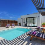 villa-mallorca-ma2022-sonnenliegen-am-pool
