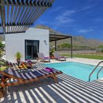 villa-mallorca-ma2022-terrasse-mit-sonnenliegen