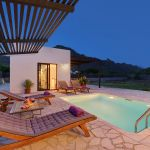 villa-mallorca-ma2022-beleuchteter-pool-am-abend