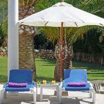 villa-mallorca-ma5654-liegen-mit-sonnenschirm