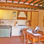 Ferienhaus Toskana TOH350 Küche mit Tisch (2)