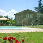 Ferienhaus Toskana mit Pool und Hund TOH380 Rasenfläche um den Pool