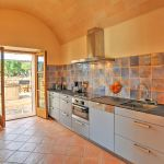 ferienhaus-mallorca-ma2042-kuche-mit-ausgang-zur-terrasse