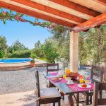 Ferienhaus Mallorca MA2024 überdachte Terrasse mit Esstisch