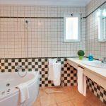 Ferienhaus Algarve ALS3004 Badezimmer mit Eckwanne